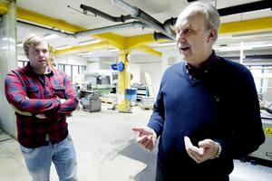 """Lärare och elev. """"Det är mycket att sätta sig in i, mycket mer än vi trodde"""", säger Henrik Vesterlund och berömmer pappa Gunnars verk."""