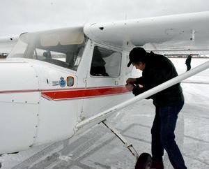 Henry Mattsson låser upp sitt plan för att ta med tidningens utsända på en kortar flygtur över Brunnsjön med omnejd.