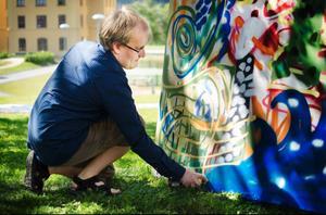 Jonas Strömberg (bilden) och Anna Jonsson prövar sig fram med sprayburken på teman som vingar, vägskyltar och landmärken de inte besökt.