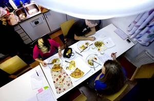 SÄTTER BETYG PÅ MATEN. Arbetarbladet lät tre arbetskamrater på Ericsson testa några snabba lunchmatsalternativ. Pizzan och thaimaten fick godkänt av alla tre, den kylda fisken uppskattades av två medan den frysta lasagnen inte föll någon av dem i smaken.