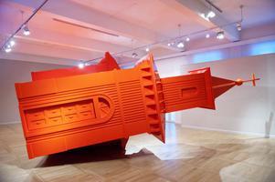 I den största salen tar Johanssons stora kyrkskulptur i rött plats.