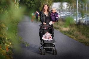 Linn Einebrant anser att arbetsgivaren sa upp henne för att hon ville förlänga föräldraledigheten med Ebbe 5,5 månader. Sedan tidigare har Linn Eira, 2,5 år.