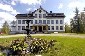Voxnabruks herrgård kommer att drivas vidare av de nuvarande ägarna Lars Sveding och Johanna Slettvoll. En försäljning är ett alternativ att lösa den ekonomiska situation de nu befinner sig i.