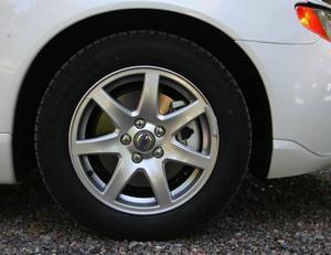 Lättrullande däck från Michelin är standard. Däremot har V70 Drive inte samma släta hjulsidor som småsyskonen S40 Drive och V50 Drive.