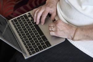Redan efter 40 minskar en persons attraktivitet på arbetsmarknaden enligt en ny undersökning. Och att hitta ett nytt jobb efter att ha fyllt 60 år är mycket svårt.