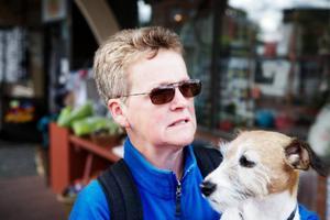 Kari Festin och hunden Molly, Hackås:– Det är tungt. Min son har tidigare jobbat där, men blev uppsagd i våras efter fyra år. Han utbildar sig till snickare nu, men har flyttat härifrån. Risken är stor att många måste flytta.