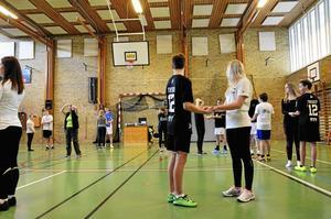 Dansträning. Dansinspiratörerna har i dagarna besökt högstadieskolor i Ljusnarsberg och Lindesberg för att lära avgångseleverna att dansa pardans.Foto: Sofia  Gustafsson