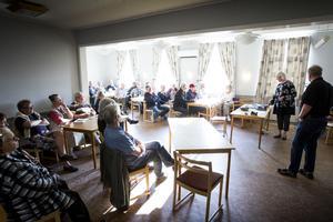 23 personer kom för att klistra smileys på utdelade kartor som Eva Widergren och Ingemar Olofsson sedan fotograferade av för att visa politiker i kommunfullmäktiges tillsatta arbetsgrupp.