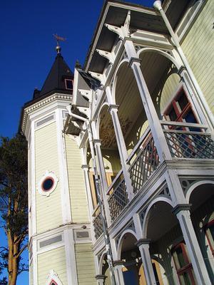 Tornbyggningen och den vackra verandan och balkongen på framsidan ger Öjevillan dess speciella prägel.