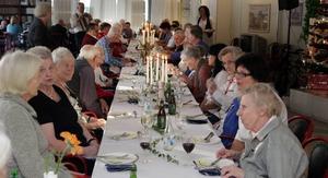 En kopia av nobelfesten. Till maten fick restauranggästerna välja mellan vin, öl och loka. Till efterrätten fanns avec att tillgå.