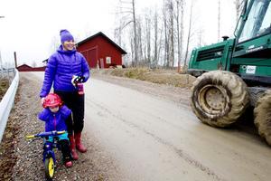 FÖRSÄSONG MED BULLER OCH BÅNG. Nya platschefen Catharina Utanskog har bott med sin familj på anläggningen hela hösten under förberedelserna inför vintern. Nytt för året blir Kungens kurva, en lång backe som anlagts västerut. Molly, 3 år, gillar inte den bullrande traktorn.