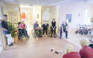 Inomhusboule spelas nästan varje dag på det särskilda boendet Älvgården i Backe. En uppskattad aktivitet bland vårdtagarna.
