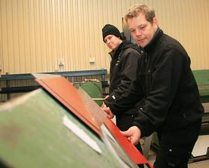 Cyberplåt. Under vinterhalvåret är det lugna tider för Jesper och Marcus Norling vid företaget Bröderna Norling. Men när våren kommer hoppas de att företagets nya tjänst på internet ska locka kunder från hela Sverige att köpa just deras takplåt.