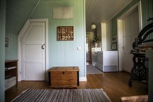 Hallen på övervåningen har en grön ton och ger en skön sommarkänsla.