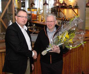 Avtackad. Malungs kommuns näringslivschef Ingemar Kyhlberg avtackar Leif Nilsson som efter 16 år som ordförande i Företagarna i Malung-Lima-Sälen avgick vid årsstämman som hölls i Sälen.