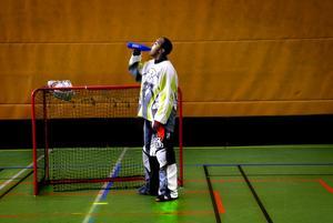 Paus. Att stå i mål är svårt men det går bra, tycker Abdi Addo, veckans artist på Rookie Camp.