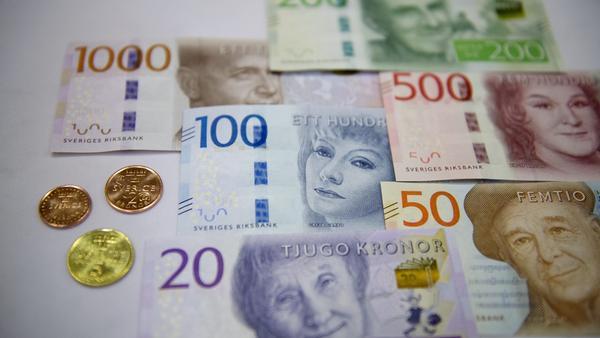 Den nya 100- och 500-kronorssedeln samt 1-, 2- och 5-kronan kommer först nästa höst.