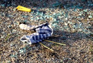 En strumpa ligger fortfarande kvar på marken efter att bilens