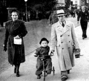 """På """"Draget"""", Storbron, 1941. Mamma Maiken, Alf Rune och pappa Ragnar."""