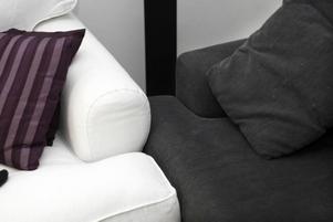 Både den gamla vita och den nya svarta soffan i samma vardagsrum.