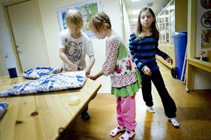 Filip Wiklund, Isabelle Brantman och Celine Pettersson slår in paket som ska skickas till barn i Östeuropa.