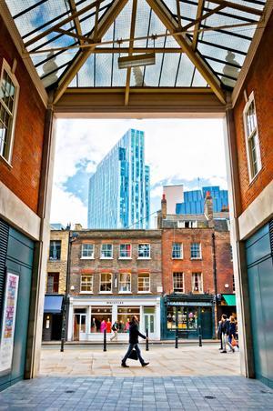 Bildtext 5: Inifrån Spitalfields Market där den shoppingsugne lätt kan tillbringa ett par timmar.   Foto: Eddy Galeotti/Shutterstock.com