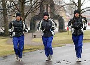 Foto:LARSWIGERT Slutstation. Efter en joggingtur på 20 mil har Charlotte Karlsson, Sara Hedfors och Lisa Nauclér precis gått i mål i Sandviken.