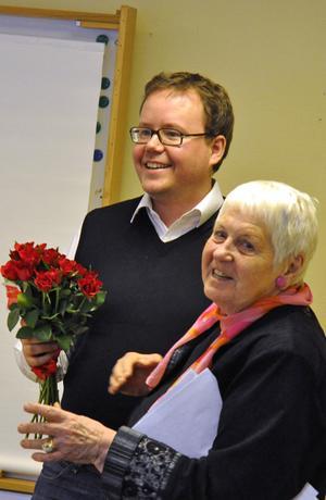 Efter diskussionsdagen tackades Olle Burell av Birgit Norström som överräckte en blombukett.
