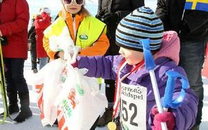 Moa Bergqvist var funktionär och delade ut presentpåsar.