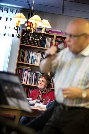 Fredagarna på Odensborg är öppna för alla, men många som bor i husets lägenheter är där. En av dagens gäster är Anna-Greta Svens som sjunger, skrattar och trivs.