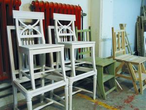 Johan Dahlgren planerar att utöka verksamheten och starta en webbshop där kunder kan titta på och beställa bland annat stolar.