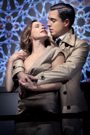 Francisco Sobrado som Othello och Kirsti Torhaug som Desmodona i Shakespeares Othello. Med vad säger de egentligen? Vid måndagens föreställning i Ljusdal kan besökarna följa föreställningen på svenska, finska eller arabiska.