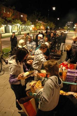 HUNGRIGA. Stämningen var god bland de 50-tal ungdomar som kom fram när det bjöds på mat.