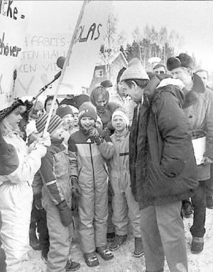 En av de sista resorna Palme gjorde gick till Jämtland, bara några dagar före mordet 1986. Här samtalar han med några skolbarn.