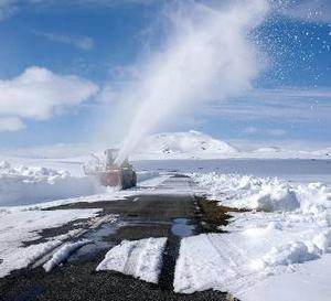 """Vildmarksvägen öppnas snart. Vildmarksvägen som är stängd över vintern, håller just nu på att tas upp, hälsar Bengt-Olof Lydén i Gäddede. Man har använt en stor grävmaskin för att gräva fram alla trummor, och en stor traktor med snöslunga för att """"blåsa"""" bort snön. På vissa ställen är snödjupet mellan fyra och fem meter. Eventuellt tänker man öppna Vildmarksvägen till Kristi Himmelsfärds dag.                                                Foto: B-O Lydén"""