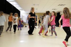 Dansledaren Emelie Persson har hållit i dansdagarna som arrangerats i samarbete med ABF. Hon tycker det är bra att barnen får en möjlighet att dansa under sommaren och kommer leda kurser för äldre ungdomar nästa vecka och ytterligare en kurs i Färila veckan därpå.