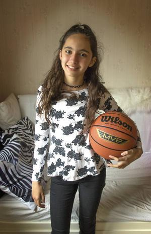 Amanda Warner drömmer om att bli basketstjärna. Nu efterlyser hon en klubb att spela med.