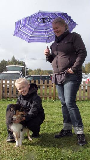 Myra, en Shetland sheep dog, med Ludvig och Annica Fredholm, fick användning för paraplyet.