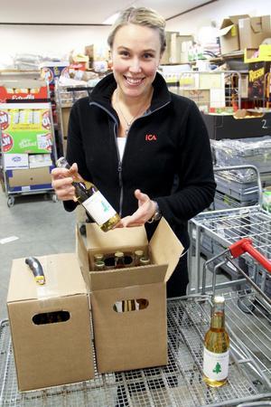 Butikschef Therese Sahlin har tio lådor äppelmust på lagret.