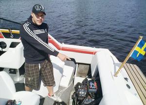 Daniel visar motorn som började brinna och ryka när han var ute på öppet vatten.