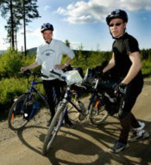 En 110 mil lång cykeltur kräver noggranna förberedelser och ibland känns det inte som om Johan Karlström och Emil Englunds cyklar håller måttet. —Vi köpte de billigaste cyklarna de hade på Biltema för att kunna cykla omkring i Arvidsjaur, berättar de under färden mellan Stöde och Vigge.