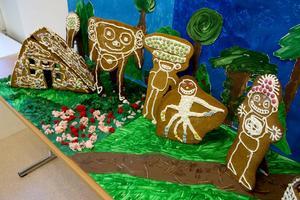 För femtonde året arrangeras den årliga utställningen av pepparkakshus. Barnen från Älvstrandens förskola är först på plats och ställer upp sina skapelser på utställningsytan.