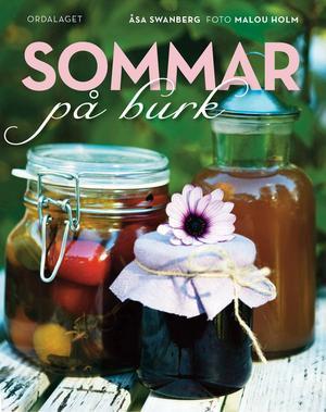 Sommar på burk   Åsa Swanberg och Malou Holm   Ordalaget   Det är bara att kila iväg och handla glasburkar och flaskor som aldrig förr. Den här boken kan man inte bli mätt på. Det är bara att slå upp det bär eller den grönsak och frukt man skördat och sen frossa i alla härliga bilder och läckra recept. Havtornssylt med äpple och vanilj, blåbärsvinäger med enbär och lagerblad, tomatketchup eller plommonmarmelad med citron kanske. Det doftar skördetid om boken och jag bara längtar efter att få prova recepten från första till sista sidan.