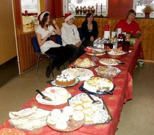 Klass 7 hade kaffeservering och man kunde smaka på flera goda tårtor och julbröd.           Foto: B-O Lydén