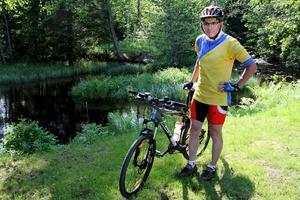 Träningsrundorna gör han på en mountainbike, men nästa helg är det racern som gäller, och då blir även den en
