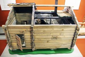 Leif Nordlöf har byggt denna modell av en rökstuga, som den kunde se ut på 1600-talet, i skala 1:10.