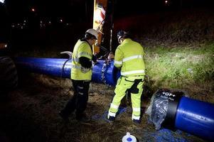 Strax efter klockan 20.00 på onsdagskvällen gick vattenledningen sönder när den skulle fraktas till Norrmalmsgatan.