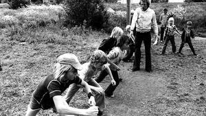 Den här bilden togs 22 juni 1972. Västeråsgården. I 50 år har västeråsbarnens bästa sommarminnen formats på kollot i Söderbärke. Femkampslöpning med Lill-Gucko som starter. Peter 1, Peter 2, Peter 3 och Mikael står beredda. Är det du som springer här?