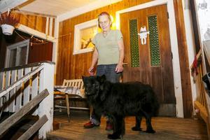 Ruth Wiik bor med hunden Bonzo granne med stugan där mannen hittades död. Stugan används som uthyrningsbostad .