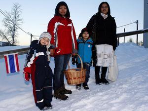 Stina-Li tillsammans med mamma Phawan Thowannang och André Nyberg med sin mamma Arporn Aempadcha kom från Sundsvall till Värstaborg för att ge munkarna mat och be under den Thailändska ceremonin.